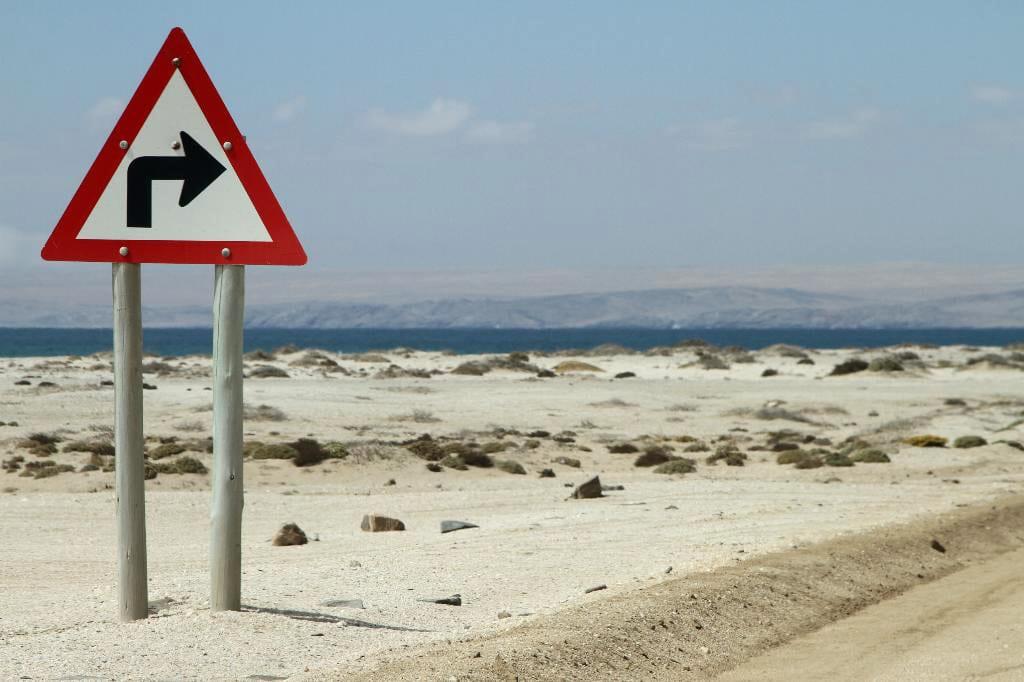 Die Namib ist eine rund 2000 Kilometer lange Küstenwüste. So leicht, wie hier bei Lüderitz, gelant man allerdings nur selten ans Wasser.