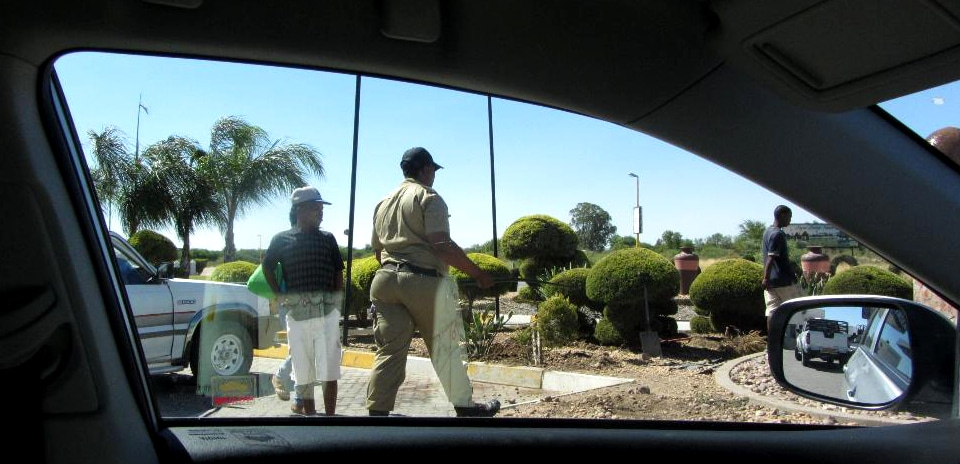 An manchen Tankstellen, hier bei Keetmanshoop, vertreiben Sicherheitsbedienstete herumlungernde Jugendliche.